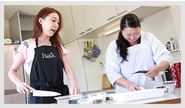 小原さんがすだちとさんまをふんだんに使った幽庵焼きを出張料理人のひなさんに教わります。