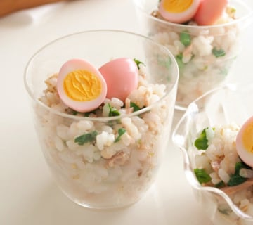菜の花とツナのカップ寿司 桜色の卵のせ
