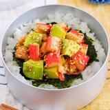 彩鮮やかな楽うま丼♪サラダスティックとアボカドのポキ丼風。
