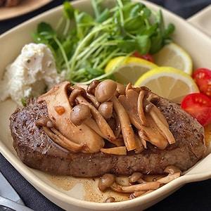 たっぷりきのこの食感も楽しい!カナダビーフの「ミスジステーキきのこソース」