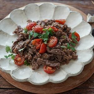 トマト・大葉でさっぱりと。照り焼き味の「カナダビーフトマト炒め。」