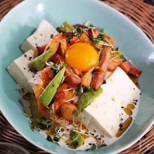 10分で完成!焼豚とアボカドのスタミナ豆腐