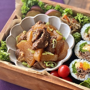 ピリ辛味でご飯もお酒もすすむ♪「カナダビーフと大根の韓国風煮込み」
