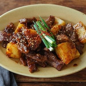 ご飯がすすむ甘辛おかず。カナダビーフの「ミスジとじゃがいもの韓国風炒め。」