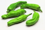 ししとう(ししとうがらし 獅子唐辛子)は、β-カロテンを豊富に含む緑黄色野菜です。ししとうは辛味の少ない「甘味種」に属するとうがらしの一種で甘とうがらしとも呼ばれています。ししとうは熟すと赤くなります。とうがらしの原産地は中南米で、15世紀頃にコロンブスによってスペインにもたらされ、その後ヨーロッパで辛味の少ない品種が作られたとされています。ししとうは、丸ごと炒め物や焼き物、揚げ物(素揚げ)などにしていただきます。天ぷらや煮浸しなどが特に人気の調理方法です。ししとうの色と香りを楽しむために加熱は短めにするのが◎です。