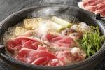 すき焼きは、薄切りの牛肉に、豆腐やネギ、春菊、しらたき、エノキ、麩などの具材を加え、割下(わりした)と呼ばれる醤油と砂糖・みりん・お酒が入った甘味のタレで浅めの鍋で煮て、溶き卵を絡めて食べる日本の鍋料理です。すき焼きの作り方には、関東風と関西風が存在し、具を入れるタイミングなど調理方法が若干異なります。すき焼きをおいしく食べるためのポイントは、牛肉が火が通り過ぎて硬くなる前にいただくことです。また、すき焼きには牛肉をメインに使うもの以外にも、豚すき、鳥すき、蟹すき、うどんすきなどさまざまな種類が存在します。