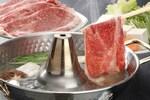 しゃぶしゃぶは薄切りの肉や野菜を卓上の鍋の熱湯にくぐらせて加熱し、タレにつけて食べる日本の肉料理です。しゃぶしゃぶに用いられる肉は一般的には牛肉ですが、豚肉を用いた豚しゃぶや鯛やタコを用いた鯛しゃぶ・タコしゃぶなど、さまざまなバリエーションがあります。しゃぶしゃぶに用いる野菜には白菜や春菊、ネギなどがあります。また、シイタケやエノキといったキノコ類などもよく用いられます。つけダレは主にポン酢とゴマダレがあります。しゃぶしゃぶは贅沢料理とされてきましたが、自宅でも気軽に楽しめる人気料理のひとつです。