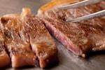 ステーキは、厚切りの肉を焼いたりあぶったりした料理です。牛肉を用いたステーキをビーフステーキ(ビフテキ)、豚肉を用いたステーキをそれに対してトンテキと呼んだりしますが、ステーキと言えば、牛肉のステーキが一般的です。サーロインステーキ、ヒレステーキ、Tボーンステーキ、ランプステーキなど部位によって呼び方が変わります。ステーキには焼き方にも種類があり、生肉に近いものからレア・ミディアム・ウェルダンと言います。ステーキの味付けは塩コショウ以外にも醤油・ポン酢・わさびなどがあります。また、焼かないタルタルステーキなどもあります。