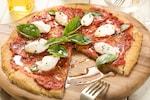 ピザ(ピッツァ)は、小麦粉、水、塩、イースト、砂糖、オリーブ油(少量)を一緒こねた後に発酵させた生地を丸形に薄くのばし、その上にトマトソースやチーズ、具を乗せてオーブンや専用の竃(かまど)などで焼いたイタリア発祥の料理です。トマトソースを使わないピザや、チーズを使わないピザもあります。ピザの具材には、サラミ、ソーセージ、ハム、アンチョビ、エビ、イカ、貝類、トマト、バジリコ、ニンニク、マッシュルーム、ピーマン、玉ねぎ、ほうれん草、ナス、パイナップルなどが用いられます。チョコレートソースやマシュマロなどを使ったスイーツピザも人気です。