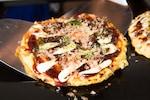 お好み焼きは、小麦粉とキャベツ、卵と豚肉、イカといった海鮮物、紅ショウガなどの具材を混ぜて作る鉄板焼きの一種です。お好み焼きは小麦粉を使うことから、粉ものとも言われています。お餅やチーズなどを入れて焼くこともあります。お好み焼きに入れるキャベツは粗目のみじん切りにします。食べ方は、焼いたお好み焼きに、ソースやマヨネーズ、かつおぶし、青のりをかけていただくのが一般的です。ご当地お好み焼きとしては、関西風お好み焼き、広島風お好み焼きなどが有名です。お好み焼きに似ているものには、キャベツ焼きやタコ焼きなどがあります。