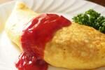 オムライスは、子どもから大人まで人気の卵料理です。炒めたご飯を卵でオムレツのように包み込んだ日本発祥の洋食です。ご飯の味付けは、トマトケチャップで炒めたチキンライスが主で、オレンジ色のご飯と黄色い卵の2色が印象的な料理ですが、ライスの味付けのバリエーションには、ケチャップを使わずにデミグラスソースやガーリックライスなどもあります。オムライスの名前の由来は、「オムレット(薄い卵焼きの総称を意味するフランス語)」+「ライス」です。卵の上にトマトケチャップやデミグラスソース、ベシャメルソースなどをかけていただきます。