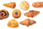 パンは小麦粉やライ麦粉などの穀物粉に、水、酵母、塩などを加えて作った生地を発酵・膨張させた後、焼いて作る食品です。パンは世界中で主食とされ、食パン、バターロール、フランスパン(バケットやバタールなど)、プレッツェルのようなドイツパン、クロワッサン、ベーグル、コッペパンといった食事パンから、アンパン、ジャムパン、クリームパン、メロンパン、コロネパンといった甘い菓子パンまで、たくさんの種類が存在します。パンはサンドイッチ、ハンバーガー、ホットドッグ、フレンチトースト、サバラン、ラスクなど、料理やスイーツに幅広く使われています。