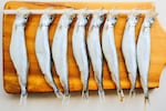 ししゃも(シシャモ)は、北海道東部太平洋側だけで獲れる生息域の狭い魚です。ししゃもは漢字では柳葉魚と書きます。ししゃもの体形は細長くワカサギに似ていて、体色は淡い銀白色をしています。日本の食卓に上がっているししゃもの多くは、輸入物のカラフトシシャモです。ししゃもは身が柔らかく、熱を通すと丸ごと食べられるのが特徴です。焼き魚(干物)やフライにして食べるのが一般的です。干物のししゃもは子持ちの雌が人気ですが、実は雄のししゃもの方が味がいいと言われています。鮮魚のししゃもは、お刺身として生食することもできます。