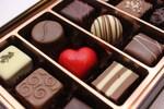 チョコレートはカカオの種子を発酵・焙煎したカカオマスを主原料に、砂糖、ココアバターなどを混ぜ練って固めたお菓子です。材料の配合によって、一般的にビターチョコレート、スイートチョコレート、ミルクチョコレートなどに分類されます。チョコレートには、板チョコレート、チョコレートバー、トリュフ、生チョコレート、チョコレートスナック、ナッツチョコレート、ホワイトチョコレートなど、形状や味の違いでたくさんの種類があります。チョコレートを使ったお菓子には、チョコレートケーキ、チョコレートアイス、エクレア、ガトー・ショコラ、オペラ、ザッハトルテなどがあります。