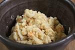 おから(オカラ)は、大豆から豆腐を製造する過程で出る豆乳を絞った際の搾りかすです。おからの調理法には、卯の花(おからと油揚げ、しいたけ、にんじんなどの材料と出汁・調味料で炒ってから煮付ける日本料理)や、ハンバーグ、ミートボール、フライや肉詰めなどの料理の際に、肉の代わりに使うものがあります。おからクッキーやおからケーキ、おからスコーンなど、おからを使ったスイーツも人気です。おからは食物繊維が豊富で栄養価も高く、とてもヘルシーな食材と注目されていて、おからを使ったアレンジ料理のレシピにも人気が集まっています。