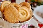 クッキーは小麦粉、砂糖、バター(油脂)、卵などを混ぜて作った生地を食べやすいサイズに成形して焼いたお菓子の総称です。シンプルな材料で作るプレーンクッキー以外にも、作り方や具材、材料の配合によって多種多様なバリエーションがあります。チョコレートチップを入れ込んだチョコレートチップクッキー、オートミールを入れ込んだオートミールクッキー、冷凍して固めた生地で作るアイスボックスクッキー、生地を絞り出して作る絞り出しクッキー、ジャムやチョコクリームをサンドしたサンドイッチクッキー、棒状のバークッキーなどそのバリエーションは無限大です。