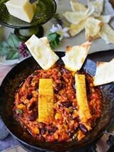 豆とひき肉のパルミジャーノトマト煮込 (チーズチップス添)