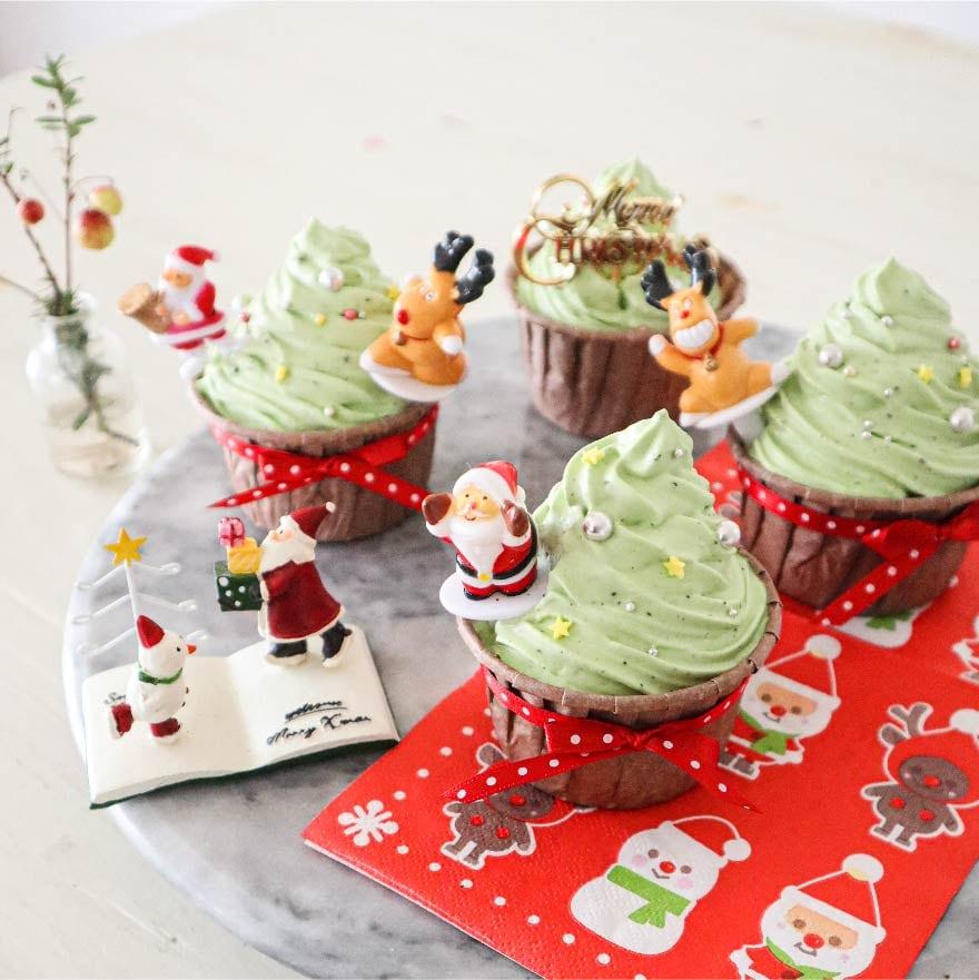 材料を順番に混ぜるだけ!クリスマスツリーのカップケーキ