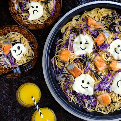 おばけが浮いてる♪鮭と紫キャベツのバター醤油パスタ