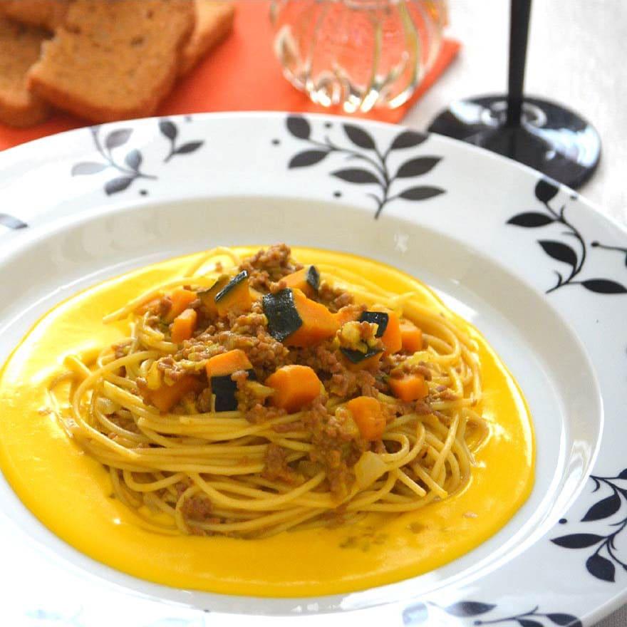 トマトの代わりにかぼちゃで!黄色が印象的なボロネーゼパスタ