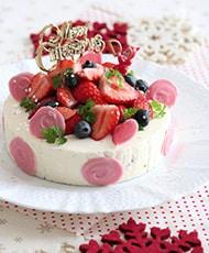 イチゴたっぷりのレアチーズケーキ。