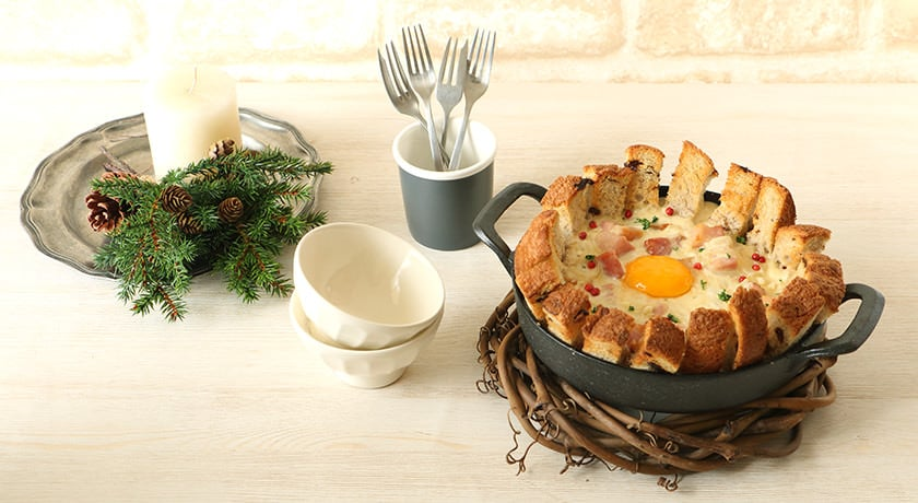 ソースをパンですくって食べる「スティックパンのカルボナーラ」