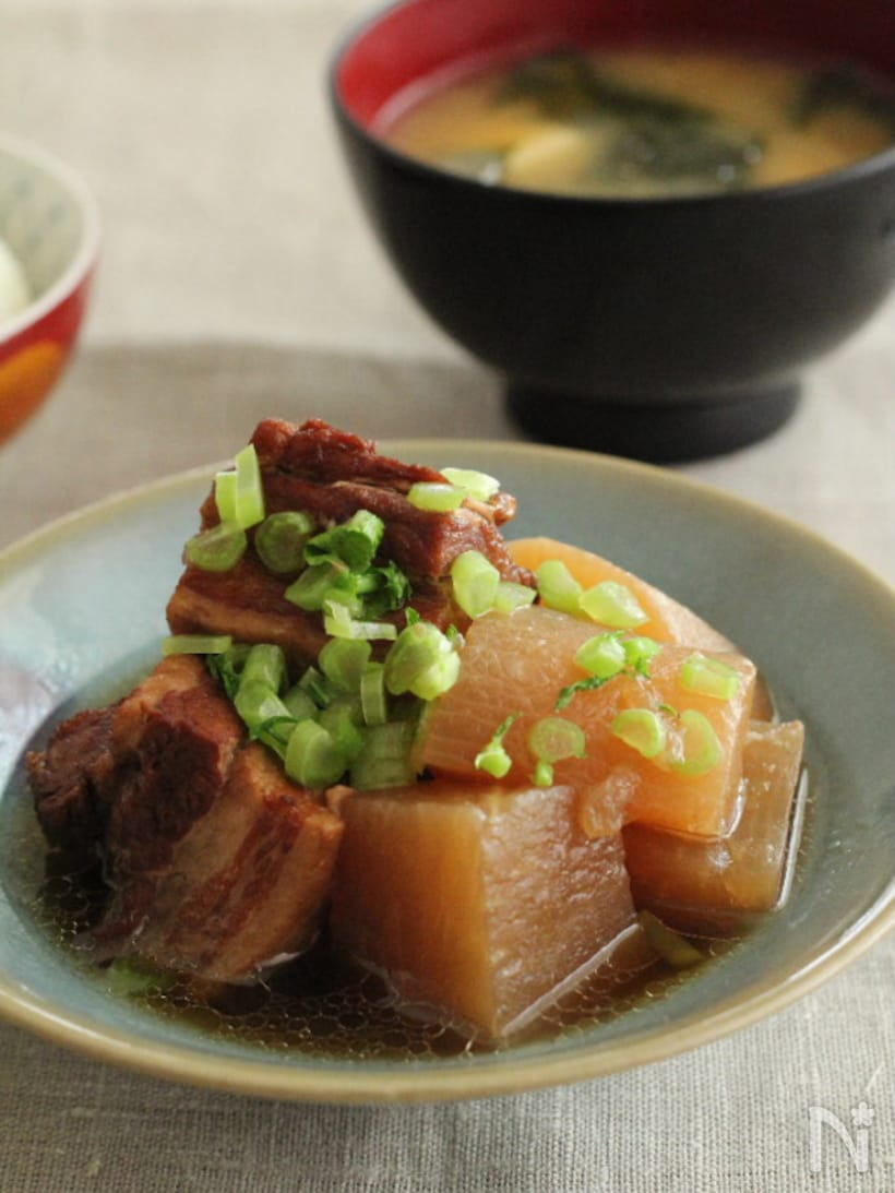 和皿に盛られた、豚バラ大根