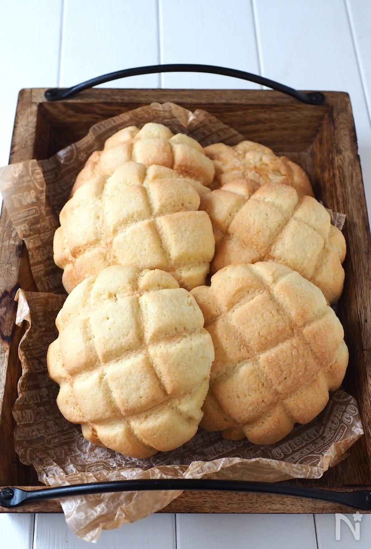 木の器に盛られたメロンパン