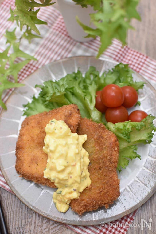 トマトとレタスを添え、タルタルソースのかかった塩麹鮭のフライ