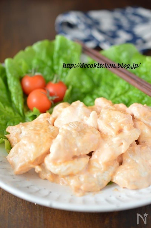 白いお皿にレタスとミニトマトと一緒に盛られた鶏マヨ