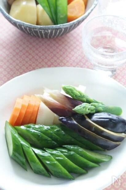 お皿に盛り付けたいろいろお野菜のぬか漬け