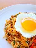 簡単!半熟卵をのせたキムチチャーハンの作り方