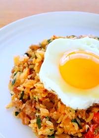 『簡単!半熟卵をのせたキムチチャーハンの作り方』