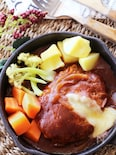 肉汁じゅわっ♡デミグラスソースのチーズイン煮込みハンバーグ