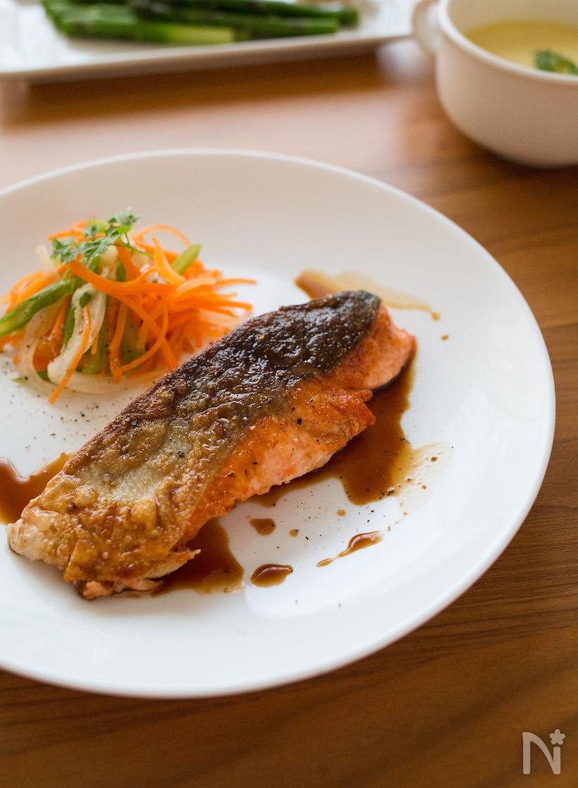 4. サーモン焦がしバター醤油レモンソテー