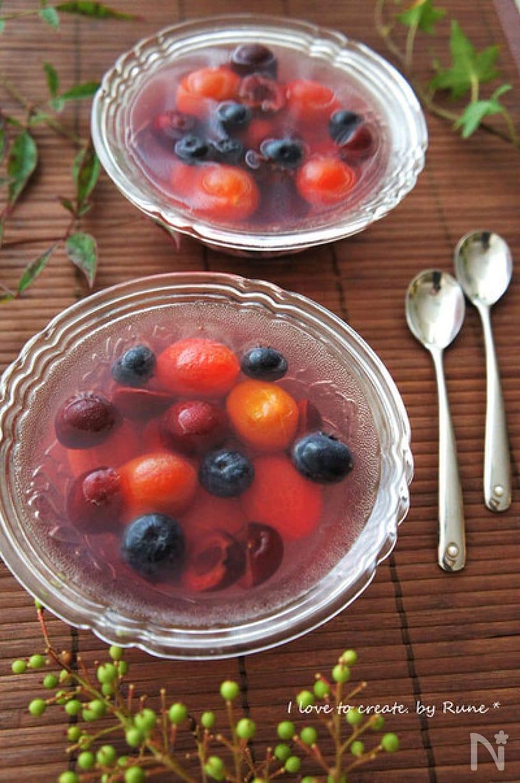 透明の皿に入ったベリーたっぷりの赤しそゼリー
