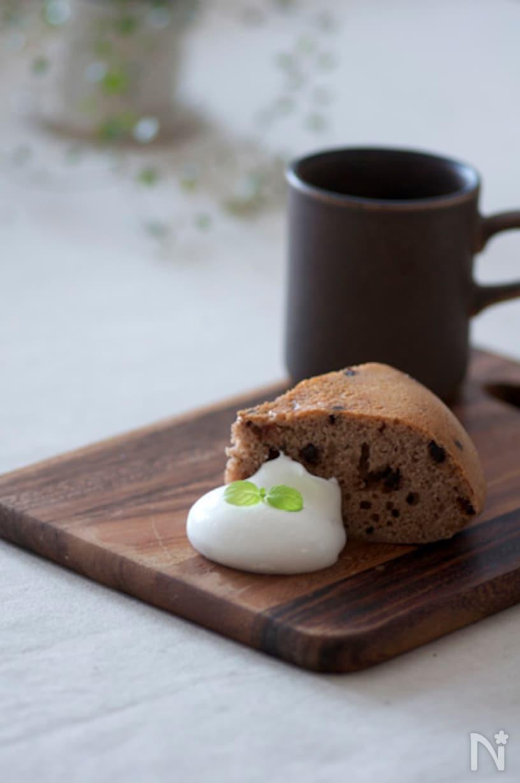 ウッドプレートに置かれた、炊飯器で作るチョコチップケーキと生クリーム