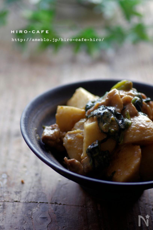 小鉢に盛られた里芋とほうれん草の豚バラ豆乳炒め