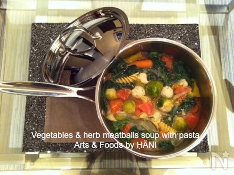 片手鍋に入った具沢山ベジタブルスープ