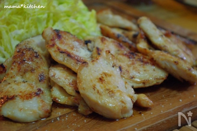 カッティングボードにのった鶏むね肉のガーリックオイルステーキ