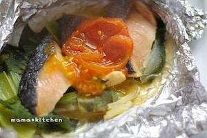 ジューシートマト乗せ♪鮭と小松菜のホイル焼き