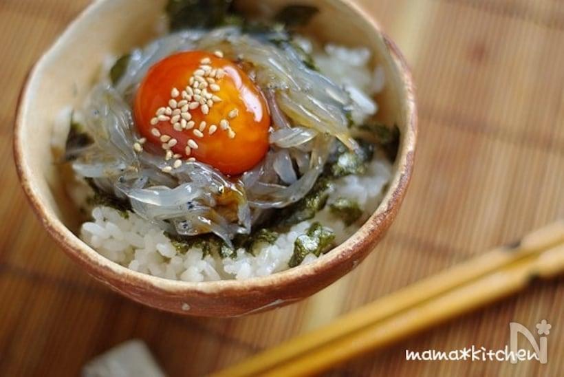 刻みのりや醤油漬け卵黄をのせた生しらす丼