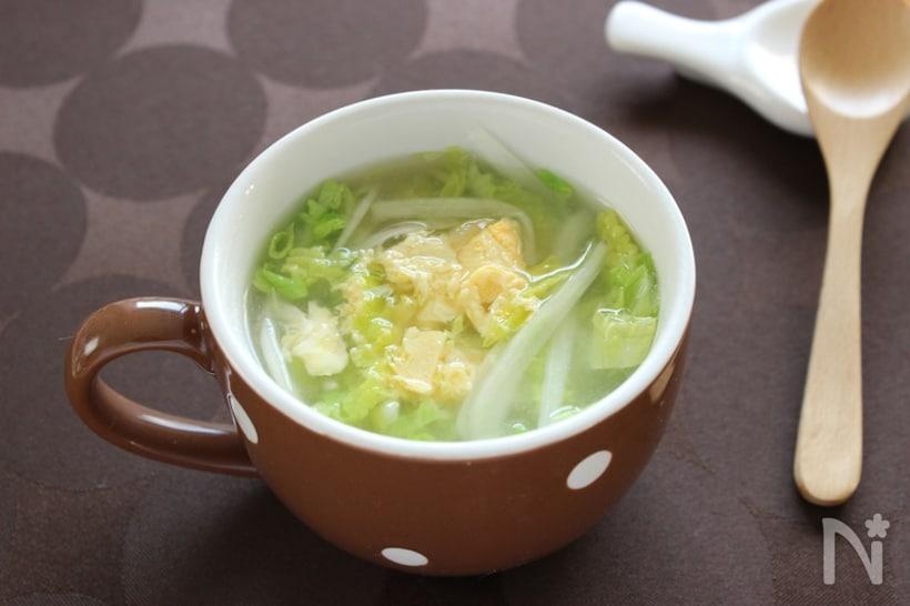 茶色いマグカップに入った白菜と卵の中華スープ