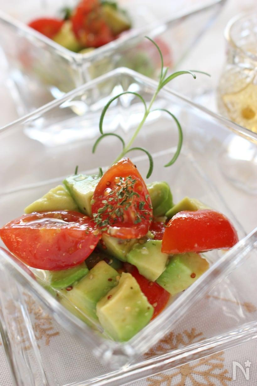 ガラス皿に盛られたアボカドトマトのハニーマスタード和え