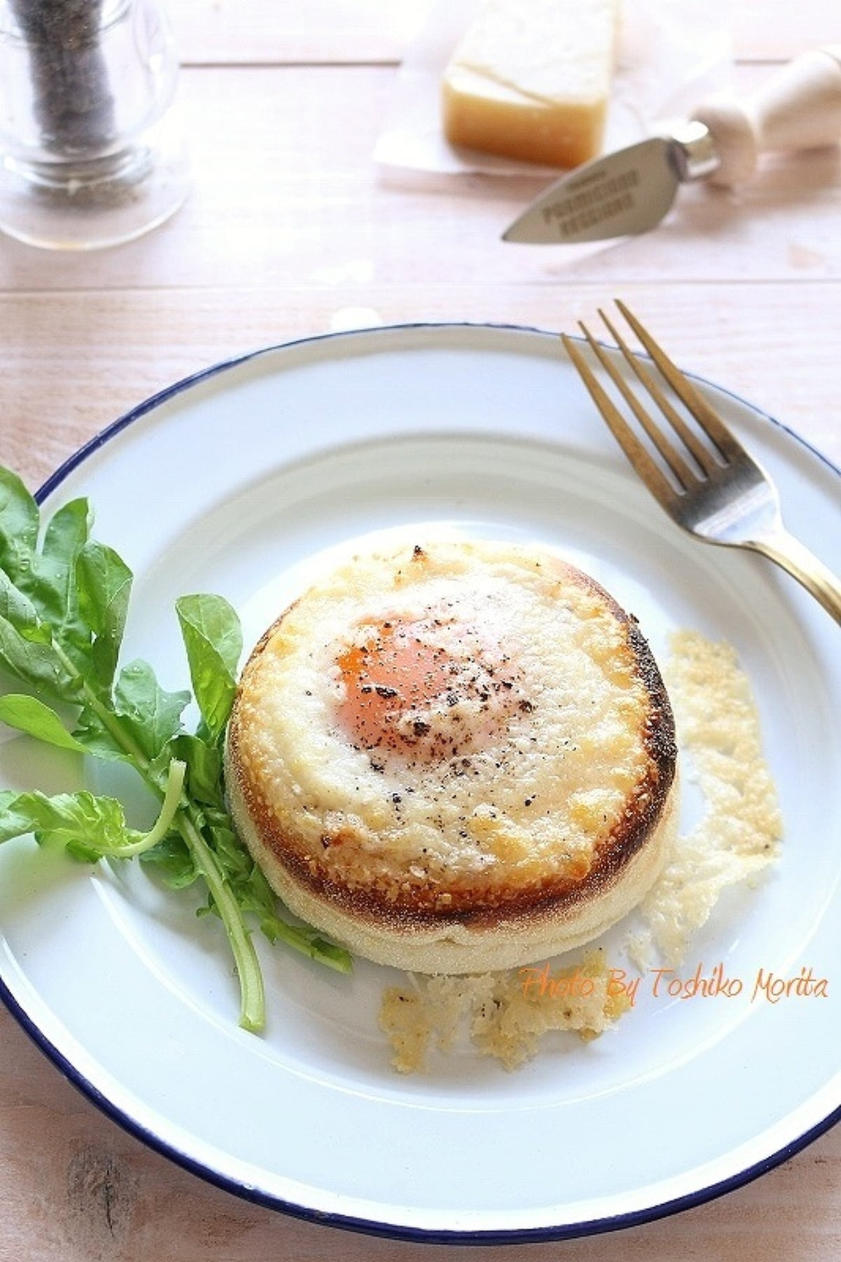 白の大きい皿盛られたエッグチーズマフィン