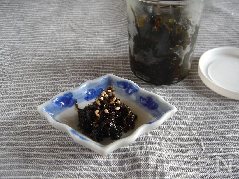 正方形の小皿に入った韓国風海苔の佃煮