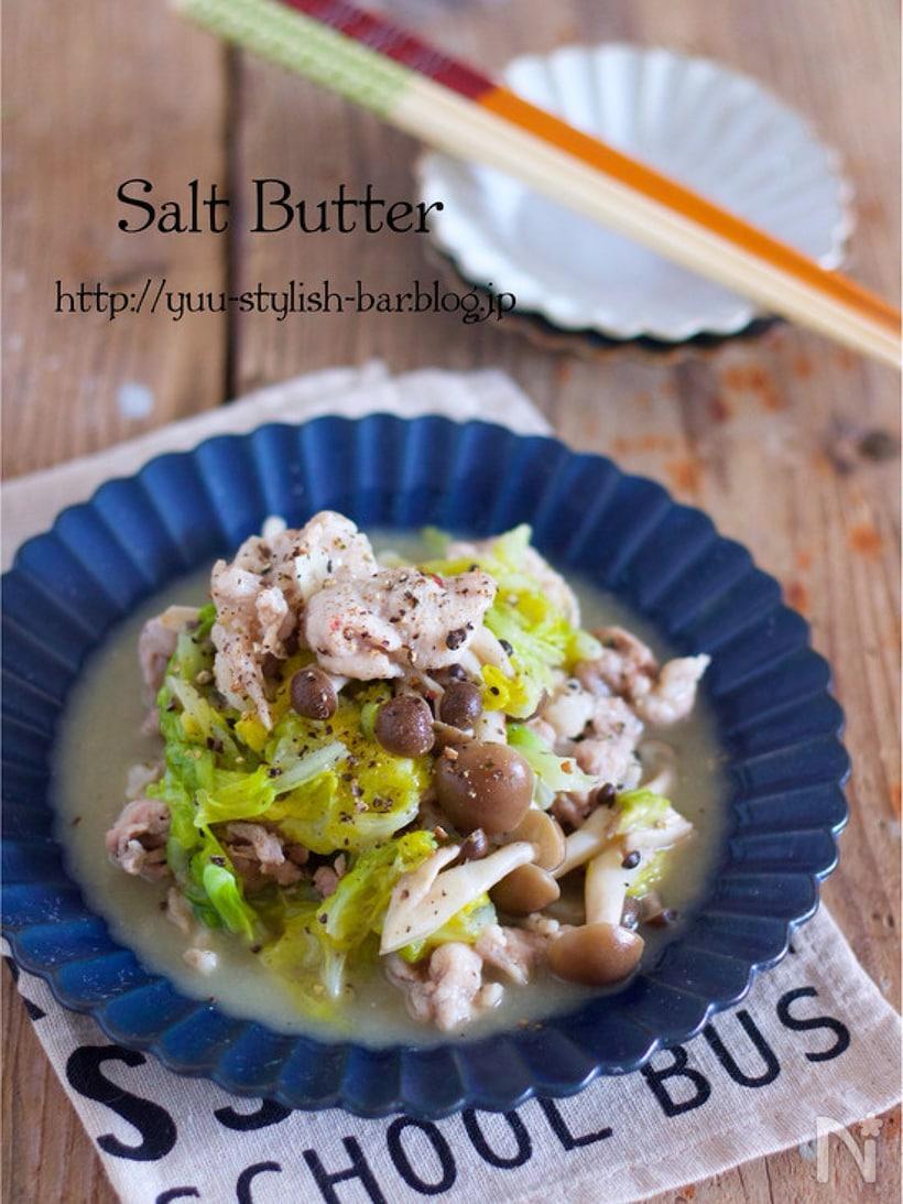 キャベツの上にシメジ、豚肉を重ね鶏ガラスープの素やバターをのせて蒸したひと品。