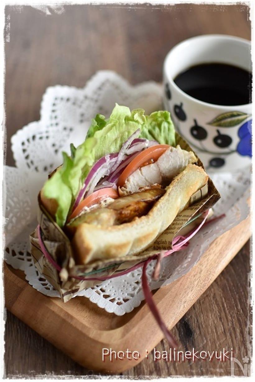 レタス、玉ねぎ、トマトとサバのサンドイッチとコーヒーのプレート
