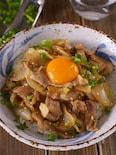 【卵黄で濃くまろ】豚こまと玉ねぎのスタミナたっぷりオイ照り丼