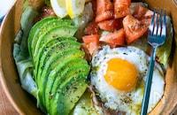 アボカドと目玉焼きのサラダ〜ハーブソルトドレッシング